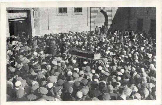 İşte Gazeteci Naci İpek'in arşivinden çok bilinmeyen Bediüzzaman Said Nursi Hazretleri'nin cenaze fotoğrafları...