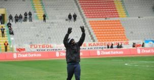 Urfaspor'un yeni transferi Lomana Lualua, taraftarlarla selfie çekti.