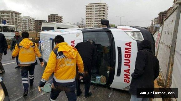 Hastayı yetiştirmek isteyen ambulans kaza yaptı