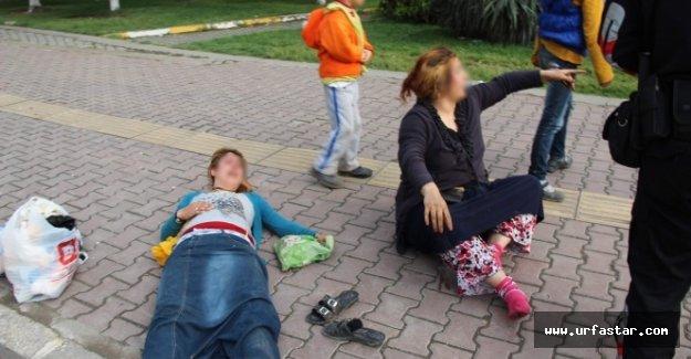 Kadınları tekme tokat dövdü