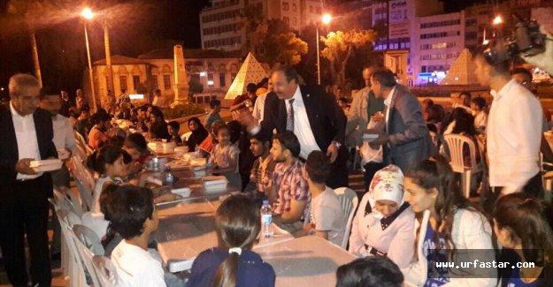 Türk ve Suriyelilere elleriyle dağıttı....