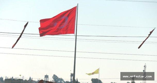 Suriye sınırına dev Türk bayrağı dikildi