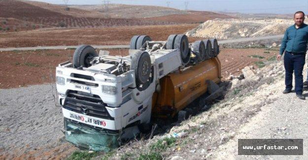 Urfa'da çakıl yüklü tır devrildi
