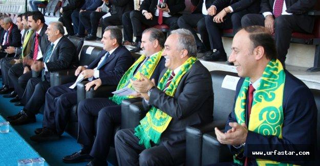 Urfaspor maçını bakanlar izliyor...