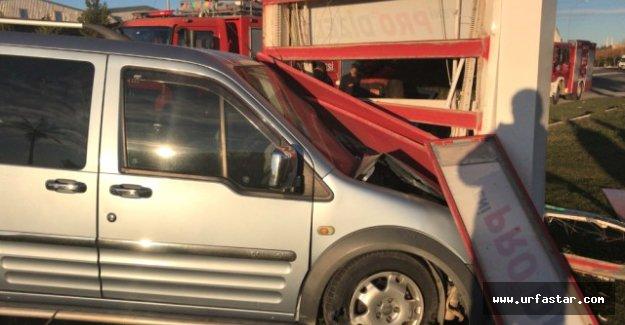 Araç Reklam Panosuna Çarptı: 5 Yaralı