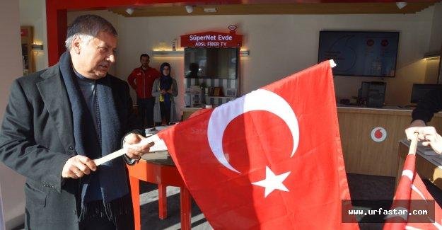 Pınarbaşı kendi elleriyle Türk Bayrağı dağıttı