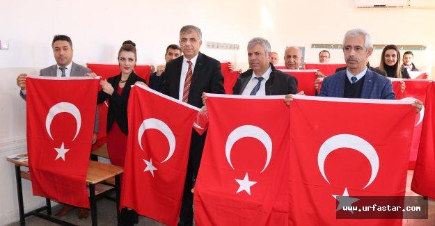 Şanlı Bayrağımızı okullara dağıttılar