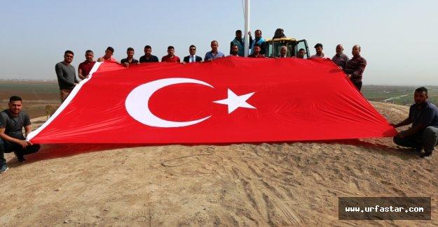Ayhan, Akçakale'ye Hakim Tepelere Türk Bayrağı Dikti