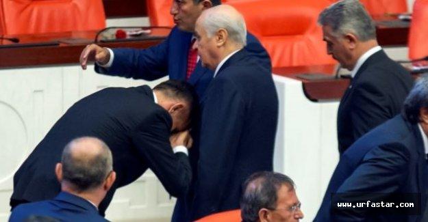 İYİ Parti milletvekili Bahçeli'nin elini öptü