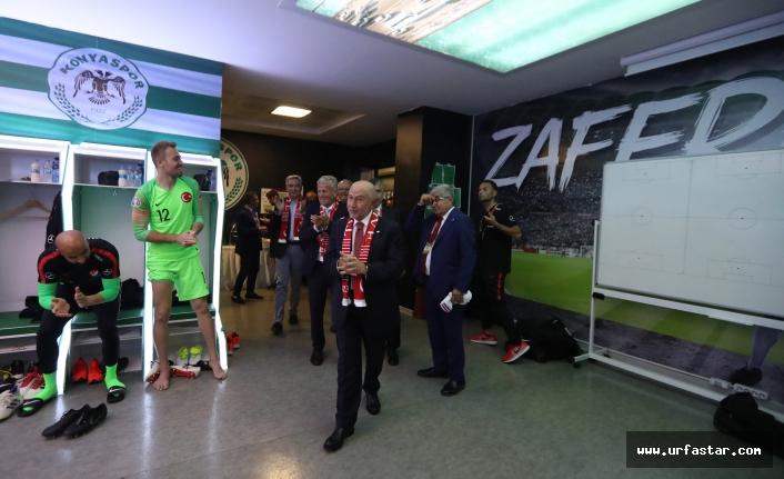 TFF'nin yeni Başkanı Özdemir soyunma odasındaki coşkuya katıldı