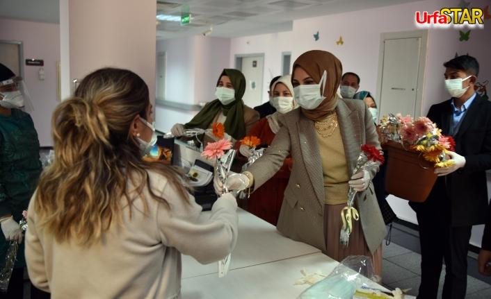 Sağlık çalışanlarına karanfil dağıttı