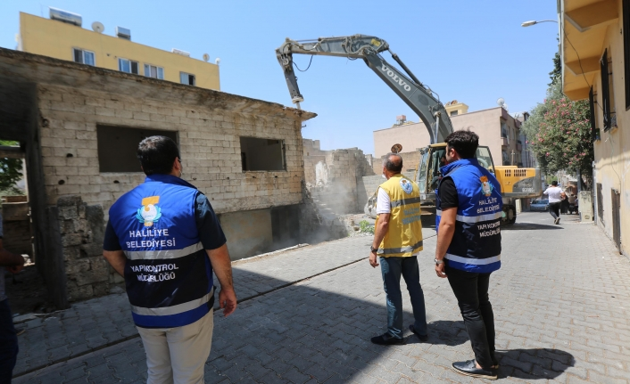 Haliliye'de metruk yapılar yıkılmaya devam ediyor