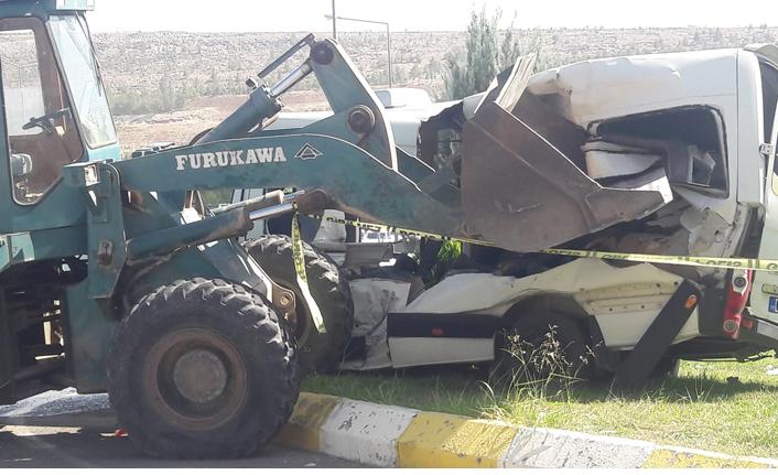 Urfa'da feci kaza! Kepçe öğrenci servisine çarptı
