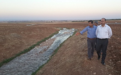 Çiftçi, suya kavuşan toprakları inceledi