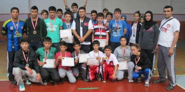 Derbent Gençliksporlu Sporcular Madalyaları Topladı