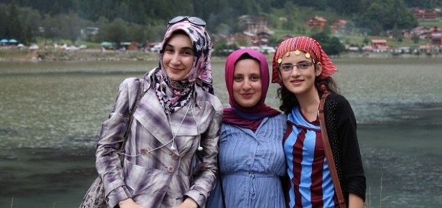 Genç kızlar Trabzon'u gezdi