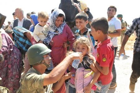 Askere taşla saldıranlar utansın!
