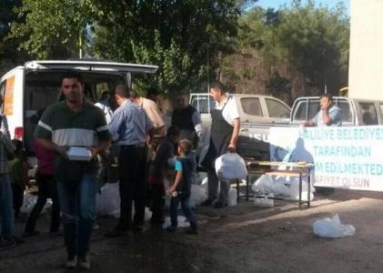 HALİLİYE'DEN SURİYELİLER'E YEMEK SERVİSİ