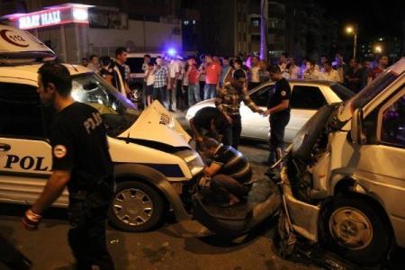 Kamyonetle polis aracı çarpıştı