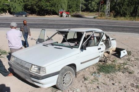 Minibüsle otomobil çarpıştı