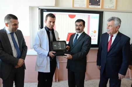 Öğretmen ve öğrencilere tablet dağıtıldı