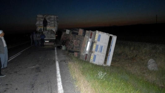Saman dolu kamyon devrildi...