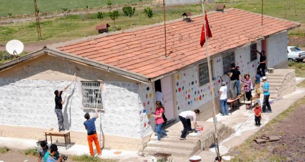 Son okulu da boyadılar…