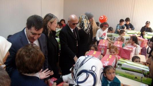 Suriyeli çocukları sevindirdiler