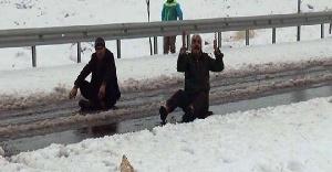 Karlı yolda eylem yaptılar!
