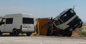 Hafriyat döken kamyon devrildi!
