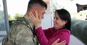 Sınırdaki askere 'anne' sürprizi...