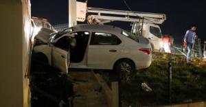 Otomobil cami duvarına çarptı