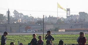 PYD, Akçakale sınırına yeni bayrak astı