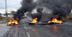 Siverek'te lastik yakılıp yol kapatıldı