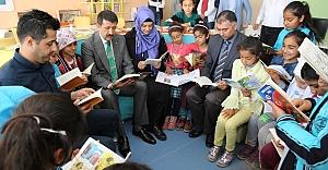 Ekinci öğrencilerle birlikte kitap okudu
