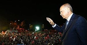Başkan Erdoğan balkondan mesajını verdi...