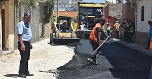 Ceylanpınar'da sıcak asfalt serilmeye devam ediyor
