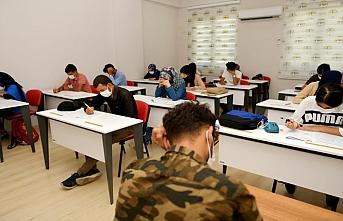 Üniversitesi hayali kuran öğrencilere destek sürüyor