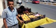 Ekmeğini şeftali tablasından çıkaran Suriyeli