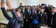 Öğrencilerle selfie çektirdi