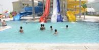 Sıcaktan bunalanlar havuzlara akın ediyor