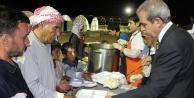 Suriyeli sığınmacılara sıcak yemek ikramı