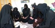 Ülkelerine dönmek için dua ediyorlar