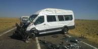 Yolcu minibüsü ile kamyon çarpıştı
