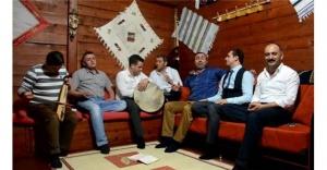 Gençlerden Bakan Çelik'e kemençeli türkü
