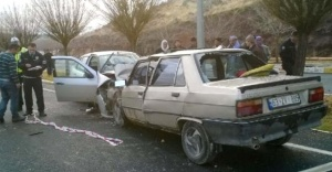 İki otomobil kafa kafaya çarpıştı; ölü ve yaralılar var