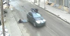 Çarptığı otomobilin üstünde kaldı