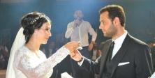 Avukat çiftin muhteşem düğünü Şanlıurfa'da, İzol Aşireti'nin önde gelen isimlerinden Şanlıurfa eski Milletvekili Zülfikar İzol'un yeğeni, İş adamı Cemal İzol'un oğlu Av. Mehmet Sinan İzol (28), Prof. Dr. Hüseyin Altaş'ın kızı Av. Hilal Altaş (26) ile evle