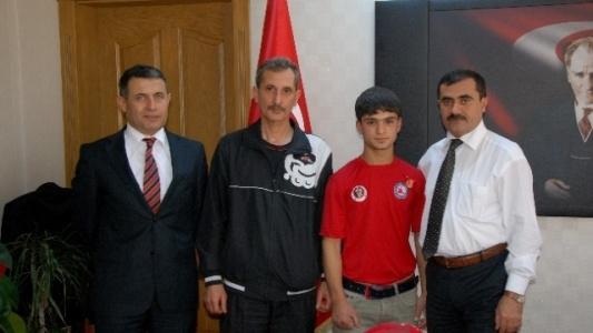 Wushu Türkiye Şampiyonu Öğrenciye Altın Hediyesi