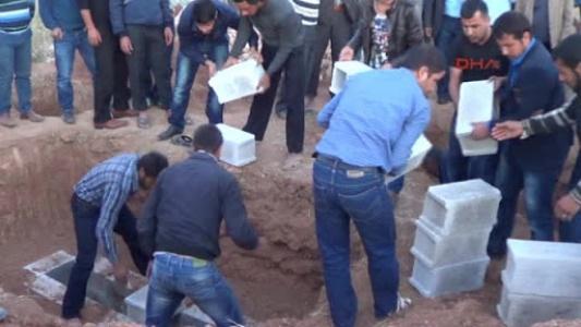 Yan yana gömüldüler